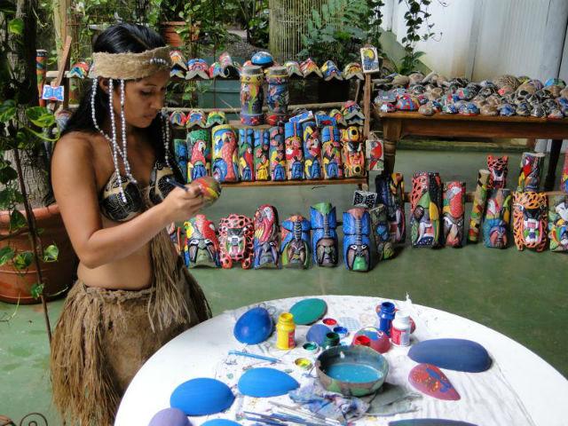 Photo femme du peuple Malekus fabriquant de l'artisanat au Costa Rica