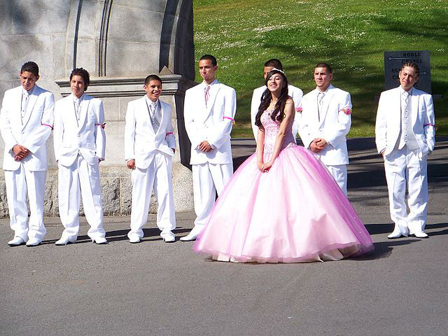 photo quinceanera avec ses cavaliers